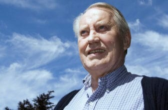How did American billionaire Chuck Feeney give away his last dollar?